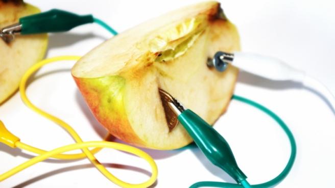 Fruit_battery,_apple,_closeup